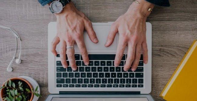 Как получить много лидов - мужчина за ноутбуком