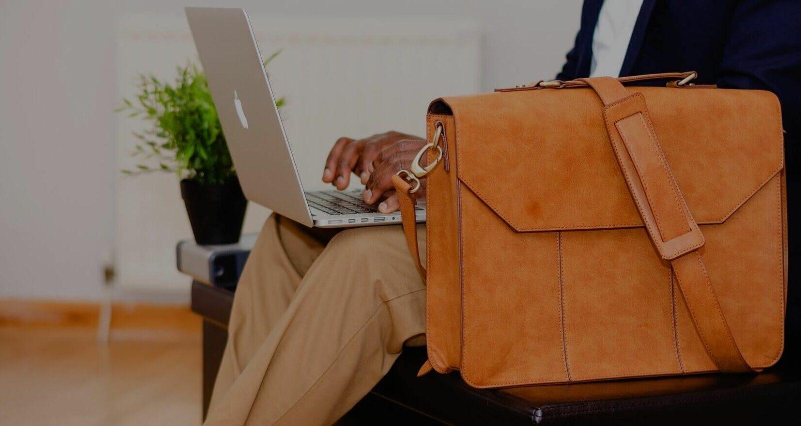 Как собрать аудиторию на вебинар - мужчина с сумкой